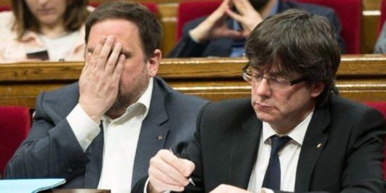Puigdemont y todos los diputados independentistas estampan su firma en la ley del 1-O