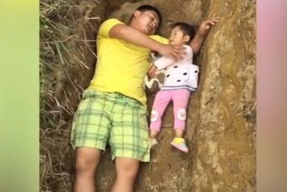 [VÍDEO] El padre que prepara a su hija para la muerte jugando con ella en su futura tumba