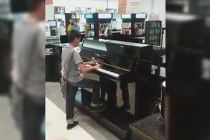 [VÍDEO] El niño que dejó a todos boquiabiertos al tocar el piano en una tienda