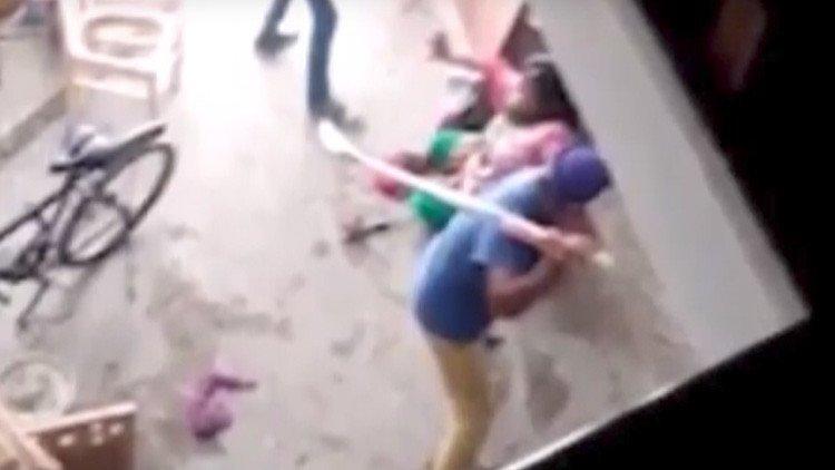 [VÍDEO] La mujer agredida con palos de 'cricket' por dar a luz a una niña