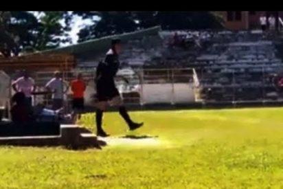 [VÍDEO] Este árbitro saca una pistola en pleno partido de fútbol