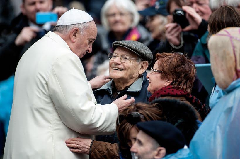 """El Papa afirma que los abuelos """"son importantes para comunicar la fe esencial"""""""