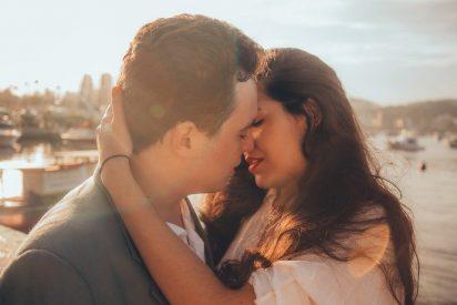 ¿Sabes por qué cuando besamos en la boca inclinamos la cabeza hacia la derecha?