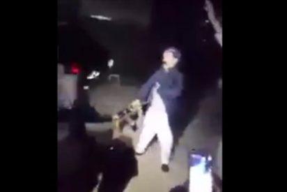 [VÍDEO] La juerga del musulmán que se pega tres tiros con un AK-47 ¡para hacerse el chuleta!