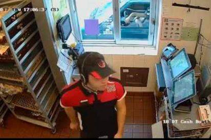 [VÍDEO] La mujer que intenta atracar con un cuchillo una ventanilla de McDonald's sin bajarse de su coche