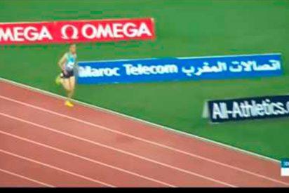 [VÍDEO] Este atleta no se da cuenta de la salida en falso y sigue corriendo solo