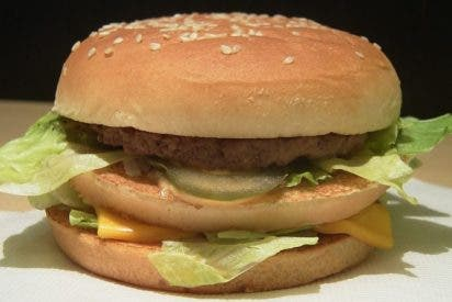 [VÍDEO] Esto pasa cuando aplastamos una hamburguesa de McDonald's con una prensa hidráulica
