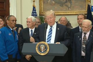 Trump habla del espacio y deja al astronauta Buzz Aldrin en la Luna