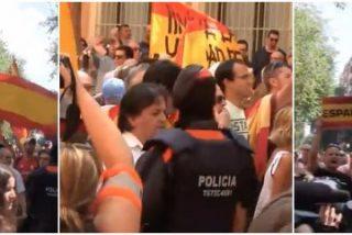 [VÍDEO] Decenas de catalanes apoyan a la Guardia Civil y los de la CUP salen por patas
