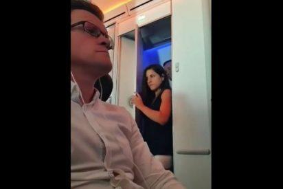[VÍDEO] Echan un 'kiki' en el baño del avión y los pillan en movil