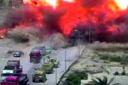 [VÍDEO] El valiente soldado que aplasta con su tanque a las 4 cucarachas del ISIS