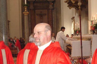 Un cura italiano reparte champán gratis entre los fieles que van a misa
