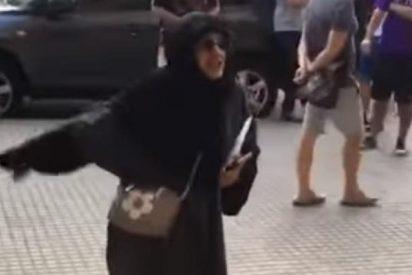 La musulmana se pone como una fiera porque una chica lleva 'shorts'... ¡en Mallorca!