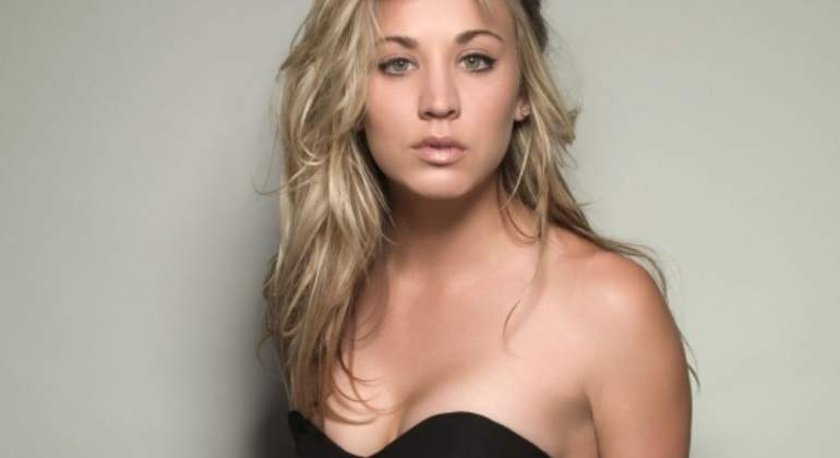 Kaley Cuoco [Penny en 'The Big Bang Theory'] sin sujetador y en camiseta blanca transparente