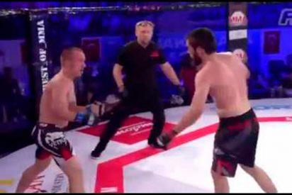 [VÍDEO] Deja KO a su rival después de recuperarse de un antideportivo estrangulamiento