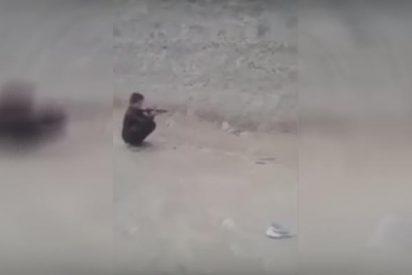 [VÍDEO] Este niño dispara con un rifle contra una lata puesta sobre la cabeza de su 'amigo'