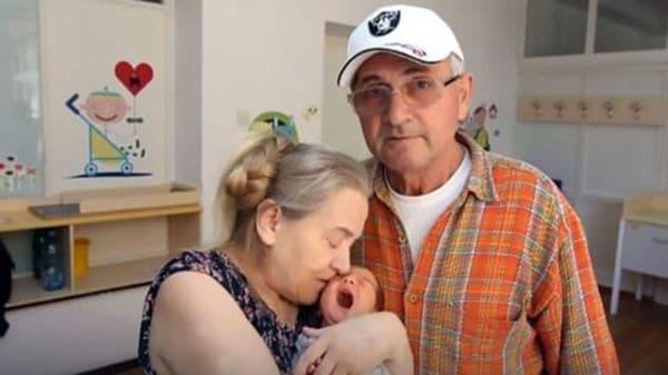 Las razones de un marido para plantar a su esposa... ¡que ha tenido un hijo a los 60 años!
