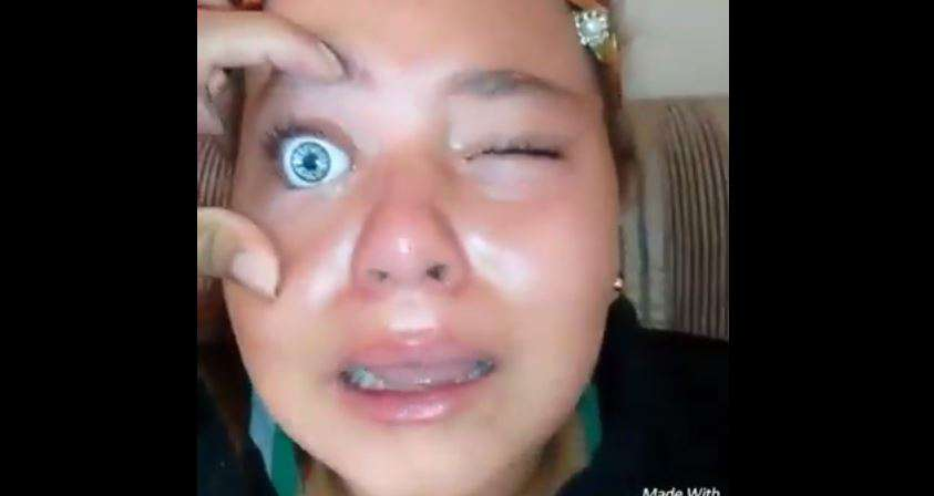 El aterrador vídeo de la niña que quería tener ojos azules... ¡y se puso los de su muñeca!