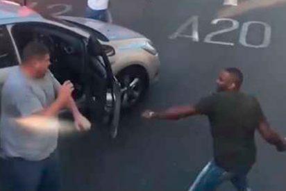 [VÍDEO] La pelea entre estos dos conductores corta el tráfico de una calle de Londres