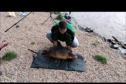 [VÍDEO] Presumía de pescar un gran pez pero acaba pasando por un momento bochornoso
