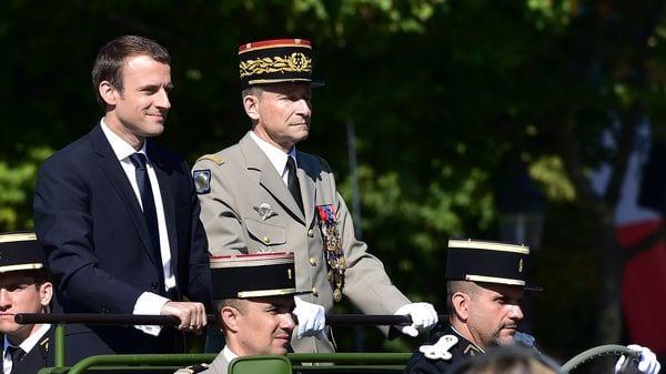 El cabreado jefe del ejército francés se pasa su cargo por el arco del triunfo