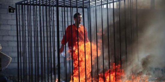 Las bestias del ISIS queman vivas en una jaula a 12 personas por 'cenizas'