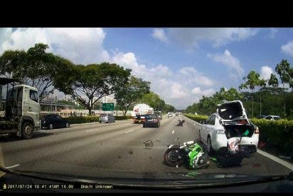 [VÍDEO] Aparatoso accidente de dos motoristas que salen despedidos