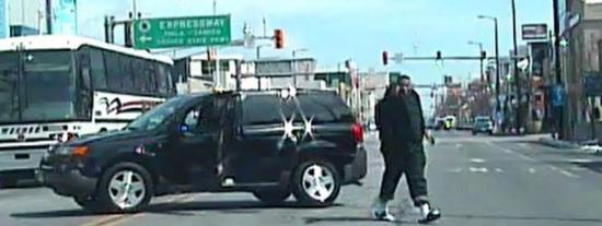[VÍDEO] Así acaba el conductor que se enfrenta a 7 policías pistola en mano