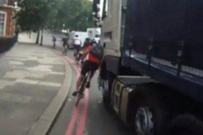 [VÍDEO] Momento exacto en el que un camión casi mata a un ciclista