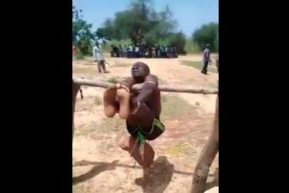El terrible vídeo del gay torturado con una piedra en los testículos por la policía de Uganda
