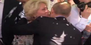 [VÍDEO] La rubia turista que le roba un beso a Putin en una calle de Moscú