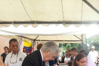 El cardenal Urosa, asediado por grupos afines a Maduro tras ir a votar