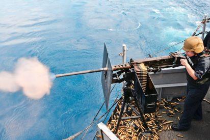 El buque de EEUU ametrallando con ganas a una nave iraní en pleno Golfo Pérsico