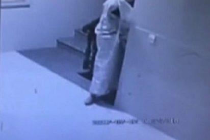 [VÍDEO] El ladrón más cutre de la historia se disfraza de 'fantasma' para robar una casa
