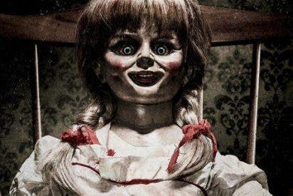 [VIDEO] ¡Aterrador!: Una muñeca Annabelle se mueve sola durante un programa en vivo