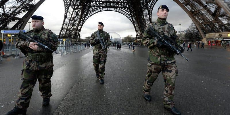 La Policía francesa atrapa al terrorista que atropelló a seis militares en París