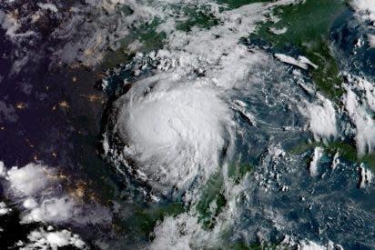 """[VÍDEO] Así de terrible es el """"potencialmente mortal"""" huracán Harvey que se acerca a las costas de Texas"""