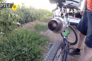 """¿Qué pasa si agregas una potente """"turbina de avión"""" a una triste bicicleta?"""