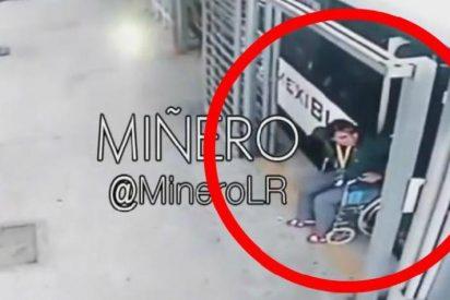 """[VÍDEO] La mujer en silla de ruedas a punto de ser arrollada por un autobús acaba caminando """"milagrosamente"""""""