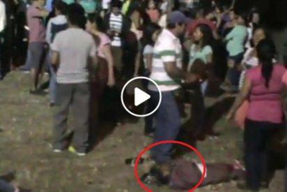 [VÍDEO] Indignación en la redes por la niña que duerme en el suelo mientras sus padres bailan en una fiesta patronal
