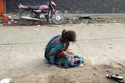 [VÍDEO+18] Esta chica india de 17 años dio a luz en la calle junto a un centro médico y nadie la socorrió