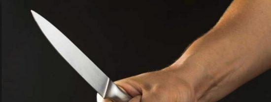 Una mujer ataca a su marido con un cuchillo y en presencia de sus hijas