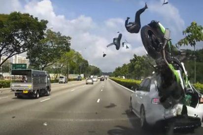 [VÍDEO] Un motorista sale por los aires y su compañero acaba empotrado contra un coche