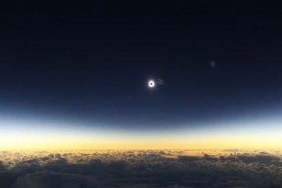 [VÍDEO] Así fue el 'eclipse solar total americano' visto desde un avión