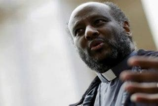 El cura Mussie Zerai, 'Don Moisés', investigado por supuesta ayuda a la inmigración irregular