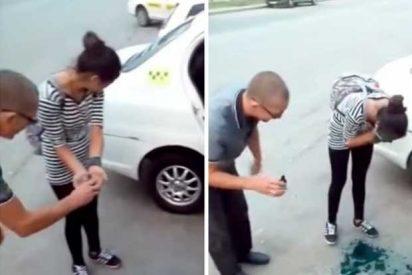 [VÍDEO] Fuerzan a estas jóvenes a pintarse la cara por no poder pagar un taxi