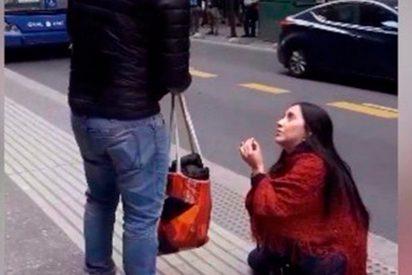 [VÍDEO] Esta chica le pidió matrimonio a su novio en la calle y pasó esto…