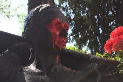 Profanan la estatua de Lola Flores del cementerio de la Almudena