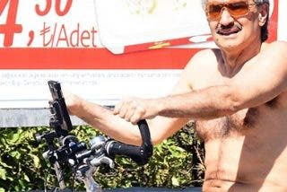 El príncipe saudita que se pasea semidesnudo en bicicleta por Turquía