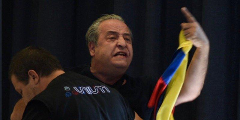 """El camarero de 'Rodea el Congreso' interrumpe un acto de IU: """"Matan a jóvenes en Venezuela"""""""